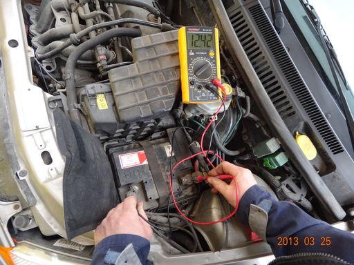 Akkumulátor-aksi-feszültség-mérése-multiméterrel-bevizsgálás-kimérés-autószerviz, autójavító, autójavítás: Budapest, XIII ker, 13. kerület, Angyalföld - 1024x768 pixel - 265092 byte