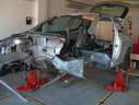 Peugeot 206-os karosszéria javítás közben, a húzató padon, autószerviz, autójavító, autójavítás: Budapest, XIII ker, 13. kerület, Angyalföld - 1020x768 pixel - 260469 byte